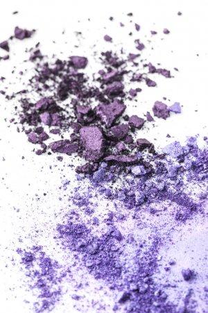 Photo pour Ombres à paupières cosmétiques violettes broyées sur plateau blanc - image libre de droit