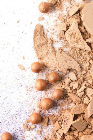 Photo pour Vue de dessus de la poudre cosmétique concassée sur blanc - image libre de droit