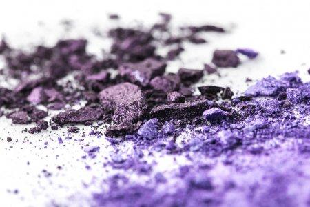 Photo pour Ombres à paupières cosmétiques violettes broyées sur surface blanche - image libre de droit