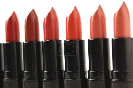 Photo pour Gros plan de la ligne du rouge rouge à lèvres de divers tons isolés sur blanc - image libre de droit