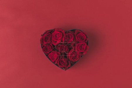 vue de dessus des roses en coeur boîte cadeau en forme isolée sur le concept de vacances rouge, st valentin