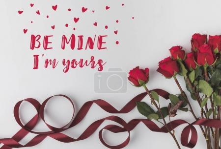 Foto de Vista superior de hermosas rosas rojas con cinta aislado en blanco, el concepto de día de San Valentín st - Imagen libre de derechos