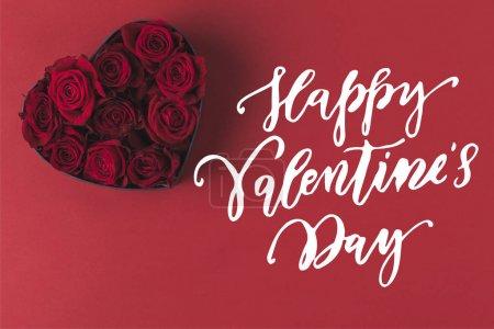 Photo pour Vue de dessus des roses en coeur boîte cadeau en forme isolée sur le concept de vacances rouge, st valentin - image libre de droit