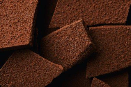 Photo pour Vue rapprochée du tas de barres chocolatées en poudre de cacao - image libre de droit