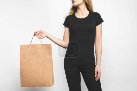Photo pour Jeune femme en blanc t-shirt noir sur blanc avec sac à provisions - image libre de droit