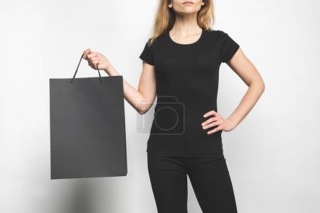 Photo pour Plan recadré de jeune femme en t-shirt blanc noir sur blanc - image libre de droit