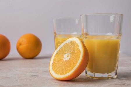Photo pour Jus d'orange maison et oranges sur table en marbre - image libre de droit