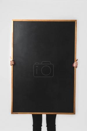 Photo pour Femme tenant le grand tableau noir vide isolé sur blanc - image libre de droit