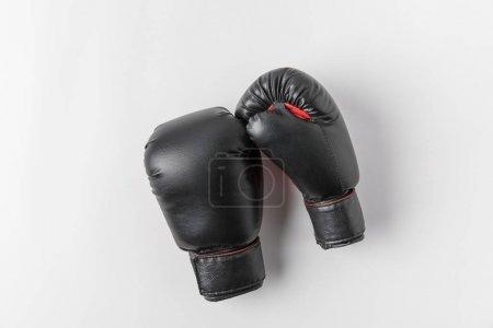 Photo pour Vue de dessus des gants de boxe sur table blanc - image libre de droit