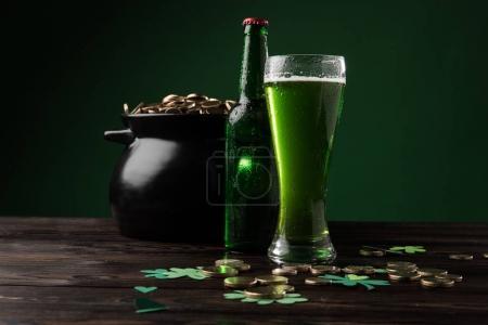 Photo pour Pot avec des pièces et de la bière verte sur la table, st patricks concept de jour - image libre de droit