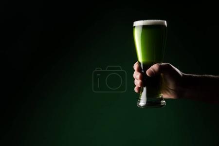 Photo pour Image recadrée de l'homme tenant verre de bière verte, st patricks concept de jour - image libre de droit