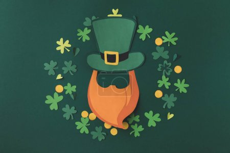 Photo pour Vue du dessus de la décoration en papier pour st patricks jour isolé sur vert - image libre de droit