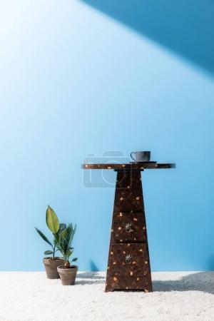 Photo pour Confortable canapé gris devant mur bleu - image libre de droit