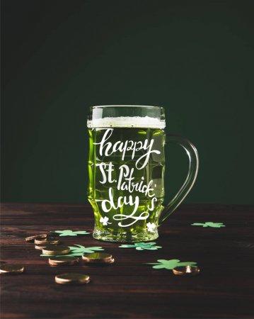 gros plan vue de verre de bière sur des st heureux et table en bois inscription journée patricks
