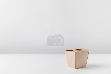 Foto de Una caja de fideos en mesa blanca - Imagen libre de derechos
