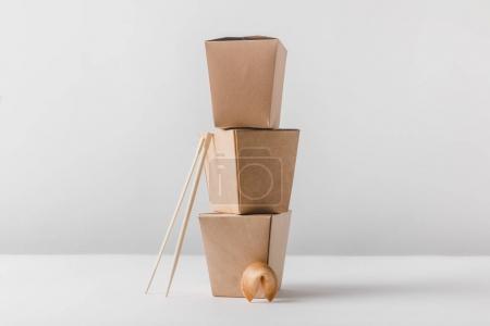 Foto de Cajas de fideos con palillos y galleta de la fortuna China - Imagen libre de derechos