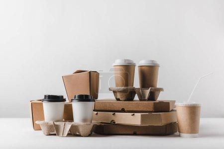 Photo pour Boîtes à pizza et café pour aller avec emporter boîtes sur table - image libre de droit
