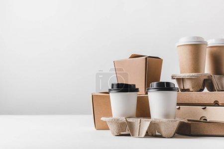 Photo pour Boîtes à pizza et café pour aller avec les boîtes de nouilles sur table - image libre de droit