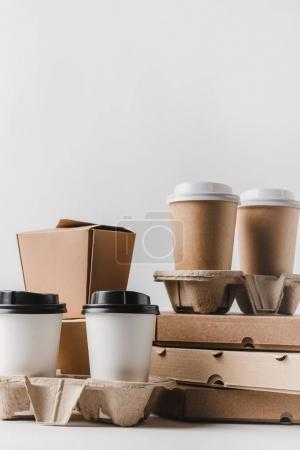 Photo pour Boîtes à pizza et café pour aller avec les récipients de nourriture sur la table - image libre de droit