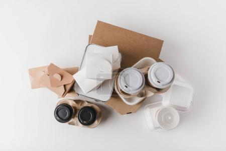 Photo pour Vue de dessus de boîtes de pizza et de tasses à café jetables avec boîtes de nouilles sur blanc - image libre de droit