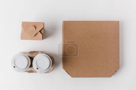 Foto de Vista superior de la caja de la pizza y las tazas de café desechables con la caja de los tallarines en blanco - Imagen libre de derechos