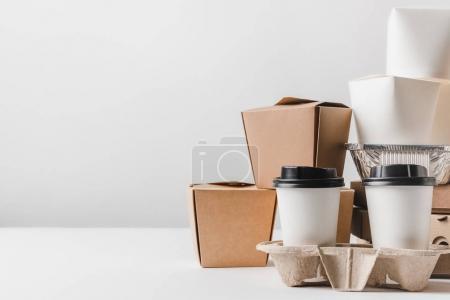 Photo pour Restauration rapide dans différents conteneurs et boîtes à emporter sur la table - image libre de droit