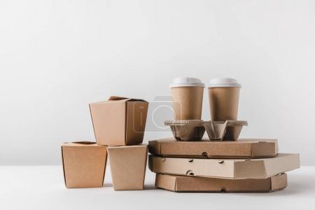 Photo pour Boîtes à pizza et tasses à café jetables avec boîtes de nouilles sur surface - image libre de droit