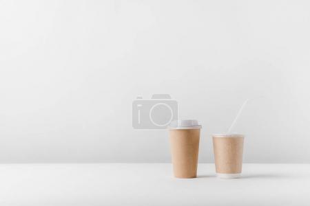 Photo pour Café différent dans des tasses en papier sur le dessus de table - image libre de droit