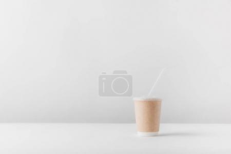 Photo pour Une tasse à café jetable sur table blanc - image libre de droit