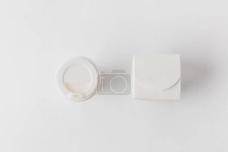 vue de dessus de boîte de nouilles et tasse de café jetable sur la surface blanche