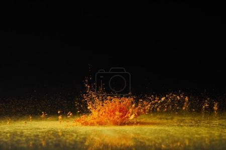 explosion de poudre jaune holi sur fête du printemps noir, hindou