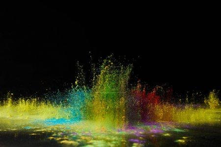 Photo pour Explosion de poudre holi coloré sur noir, festival de printemps hindou - image libre de droit