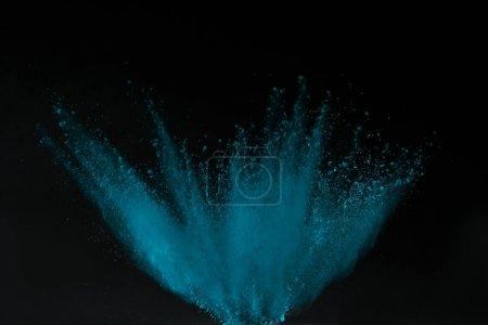 Photo pour Explosion de poudre holi bleu isolé sur noir, festival de printemps hindou - image libre de droit