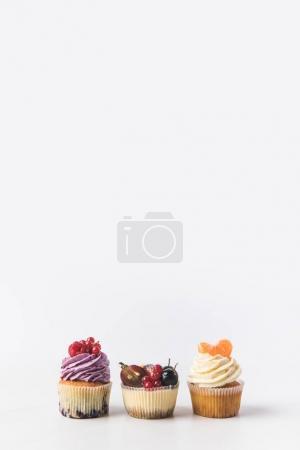 Photo pour Bouchent la vue de différents cupcakes sucrés isolé sur blanc - image libre de droit