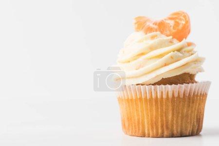 Nahaufnahme von süßen Cupcake mit Sahne und Mandarine isoliert auf weiß