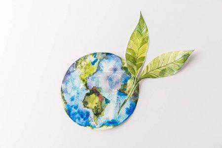 Photo pour Vue de dessus du globe de papier coloré à la main avec des feuilles vertes isolées sur gris, protection de l'environnement et le recyclage de concept - image libre de droit