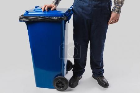 Photo pour Vue partielle du nettoyeur avec poubelle isolé sur gris - image libre de droit