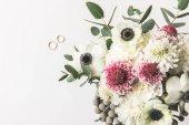"""Постер, картина, фотообои """"вид сверху красивый букет невесты и свадебные кольца, изолированные на серый"""""""