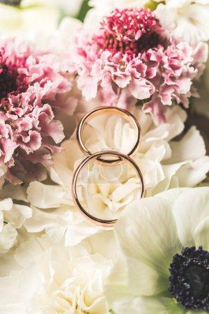 bouchent la vue des anneaux de mariage au bouquet de mariée