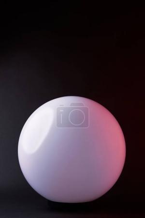 Photo pour Un feu blanc rond isolé sur fond noir - image libre de droit