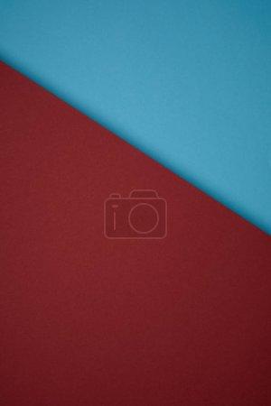 Photo pour Vue rapprochée du fond créatif du papier de couleur rouge et bleue - image libre de droit