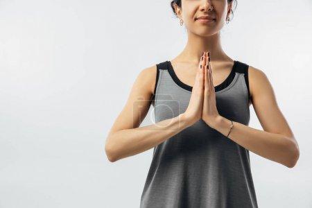 Photo pour Image recadrée de la femme pratiquant le yoga avec les mains dans le geste namaste - image libre de droit