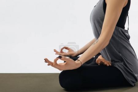 Photo pour Image recadrée de femme méditant dans la pose de lotus de yoga isolé sur blanc - image libre de droit