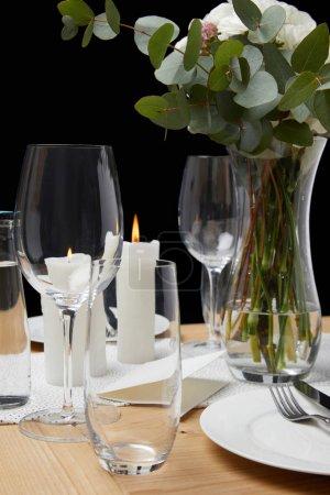 Photo pour Réglage de la table avec les verres sur la table avec des bougies - image libre de droit