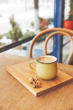 Photo pour Tasse avec chocolat chaud servi aux noix et zeste d'orange - image libre de droit