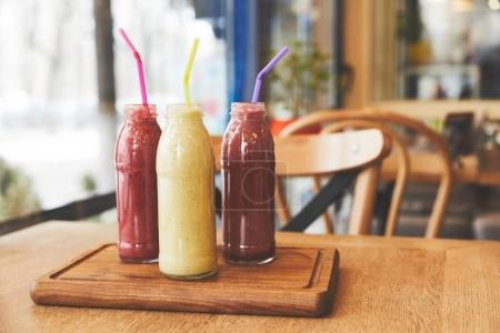 Photo pour Repas sain avec des nectars de fruits sur table - image libre de droit
