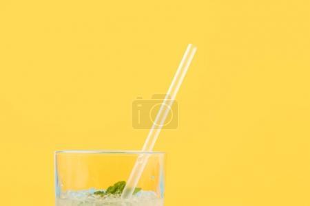 Photo pour Vue rapprochée du verre avec cocktail frais d'été froid et paille à boire isolé sur jaune - image libre de droit