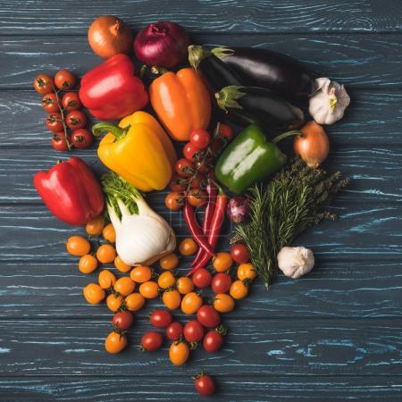 Photo pour Vue de dessus de légumes biologiques mûrs sur table en bois - image libre de droit