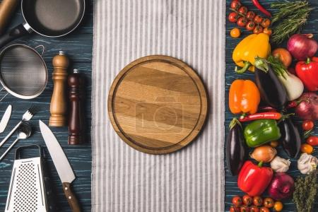 Foto de Vista superior de utensilio para cocinar y las verduras en la mesa de madera - Imagen libre de derechos