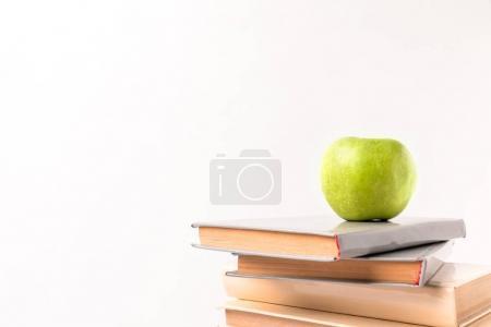 Photo pour Pomme sur le dessus de pile de livres isolés sur blanc - image libre de droit